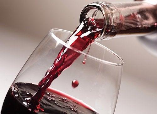 Un pahar de vin roșu are multe beneficii