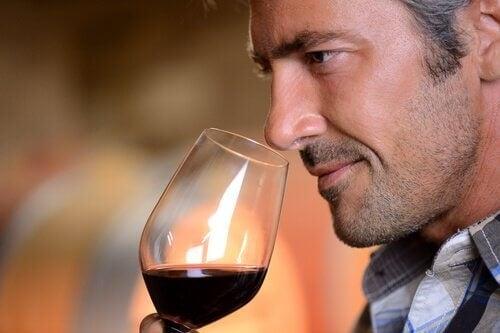 Bea un pahar de vin roșu la cină