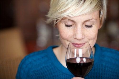 Un pahar de vin roșu este benefic pentru ochi