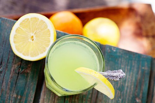 Apa caldă cu lămâie reglează pH-ul din corp