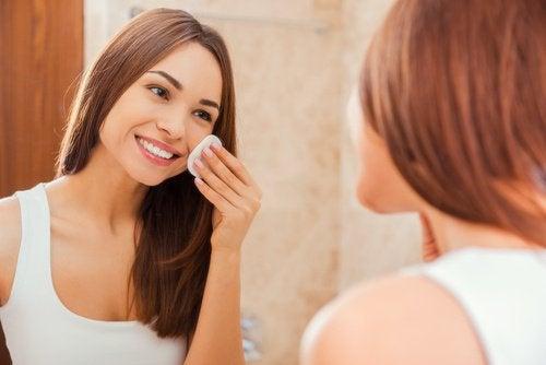 Apa caldă cu lămâie este benefică pentru piele