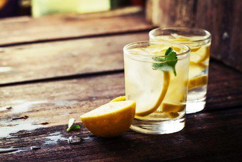 Apa caldă cu lămâie: beneficii pentru organism
