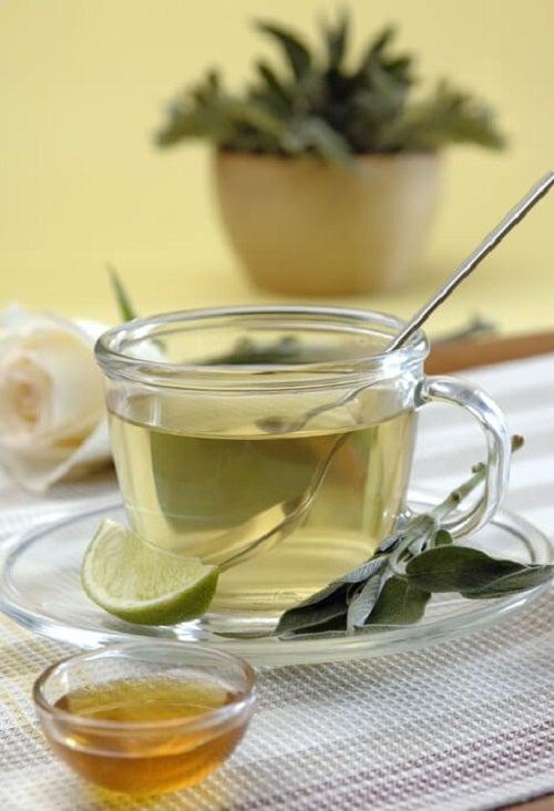 Poți să arzi grăsime consumând ceai de salvie