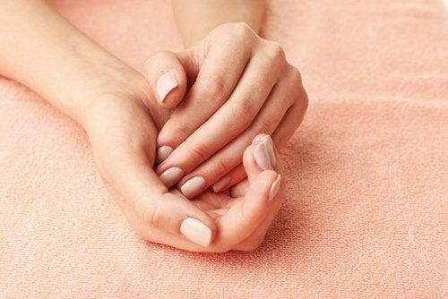 Bicarbonatul de sodiu îngrijind pielea de pe mâini