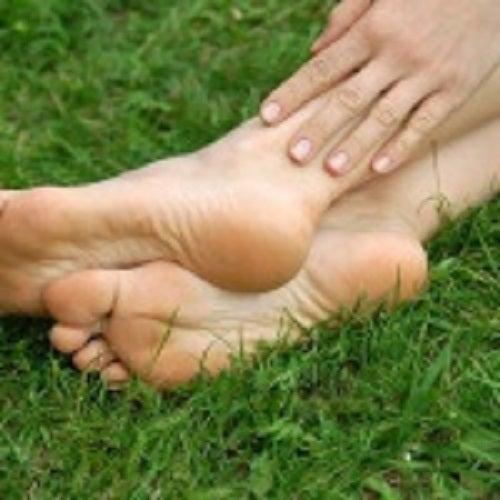 Călcâiele crăpate pot fi tratate cu diverse remedii naturiste
