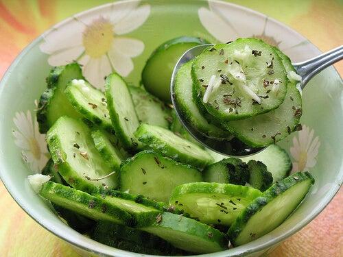 Castraveții pot fi folosiți ca ingredient pentru a prepara salate
