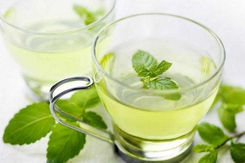 Ceai de mentă pentru durerile de cap