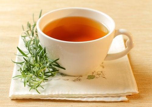 Ceai de rozmarin pentru durerile de cap