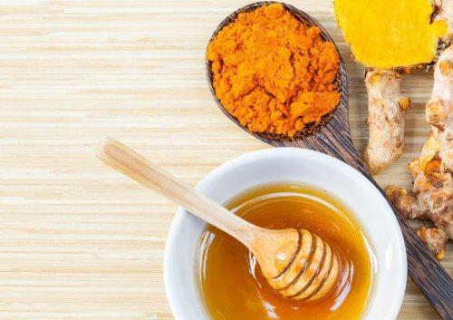 Curcuma cu miere este o combinație sănătoasă