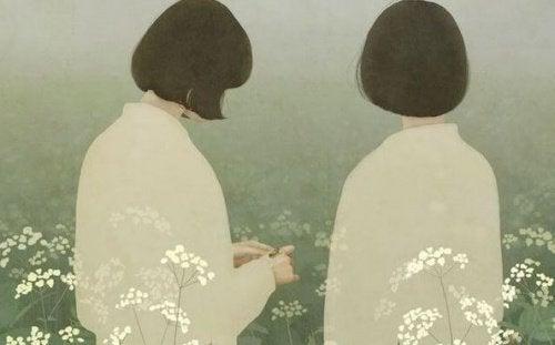 Femei stând cu spatele