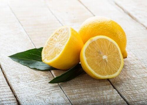 Lămâia și papaya sunt benefice pentru stomac