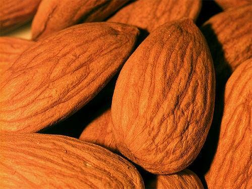 Migdalele sunt alimente non-lactate bogate în calciu