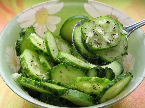 Salată de castraveți hrănitoare și sănătoasă
