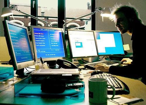Poți să suferi de sindromul de tunel carpian dacă lucrezi într-un birou