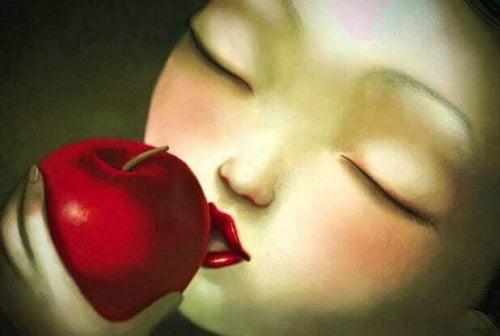 Tânără care simte dragostea adevărată