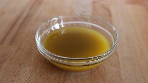 Folosește tratamente pentru păr cu bere și oțet de mere