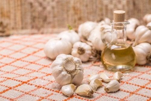Usturoiul înmoaie pielea și este un ingredient folosit în creme naturale pentru bătăturile picioarelor