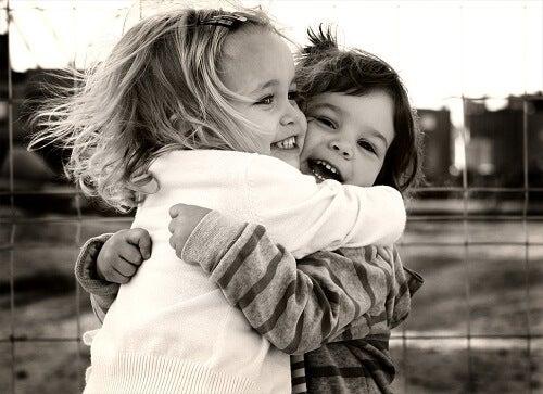 Îmbrățișările oferă diverse beneficii pentru sănătate