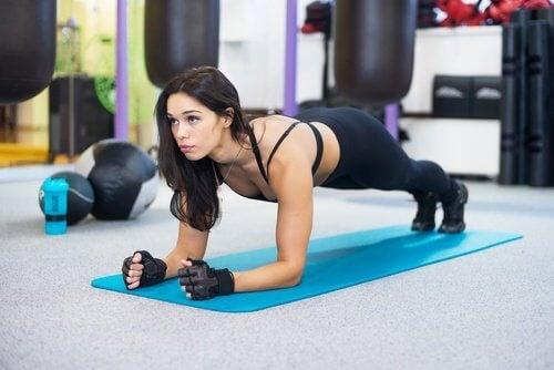 Scândura este un exercițiu care îți va antrena abdomenul