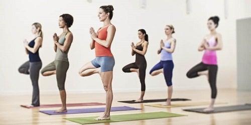 Anumite poziții de yoga te ajută să-ți tonifiezi abdomenul