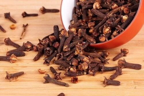 Cuișoarele pe lista de remedii naturiste pentru bufeuri
