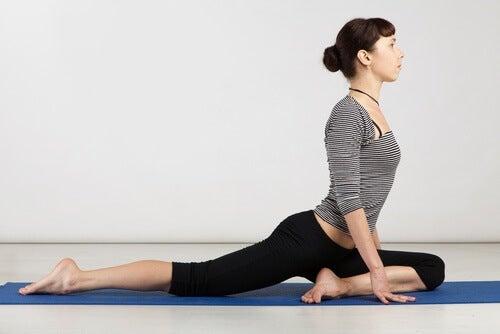 Practică yoga ca să scapi de durerea sciatică