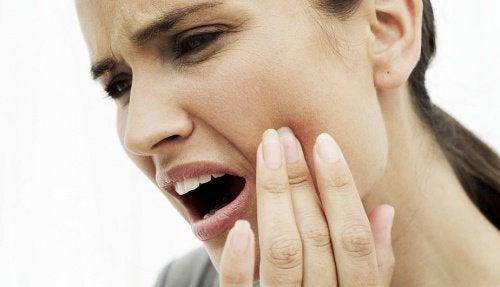 Durerile de dinți pot fi tratate cu diverse remedii naturiste