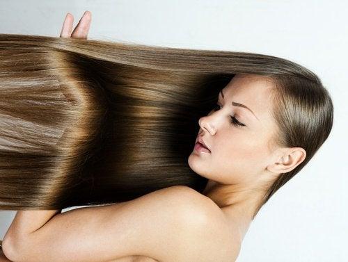 Îndreptarea părului acasă fără placă de păr