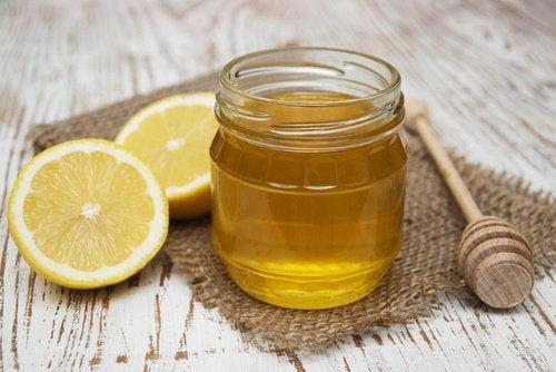 Mierea și lămâia ajută la îndreptarea părului