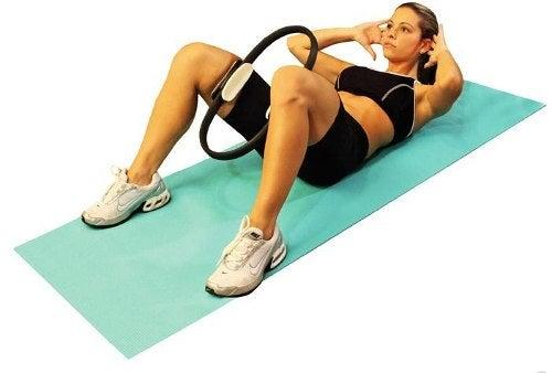Poți să arzi multe grăsimi efectuând exerciții Pilates