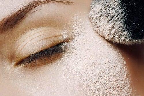Pudra de față poate fi folosită și pentru machiajul ochilor