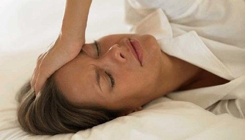 8 remedii naturiste pentru bufeuri la menopauză