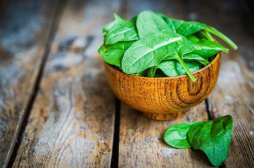 Spanacul se află în categoria alimentelor alcaline
