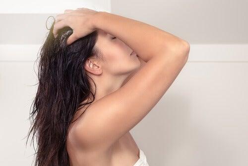 Tânără care folosește balsam de păr natural