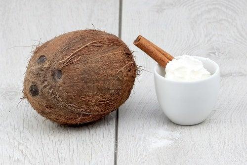 Uleiul de cocos stimulează creșterea părului