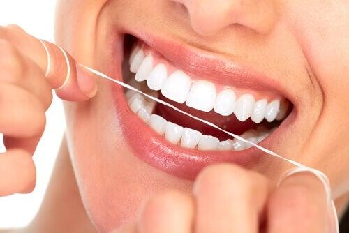 Ață dentară pentru a preveni cariile