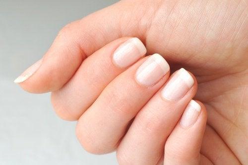 Beneficii ale uleiului de ricin precum întărirea unghiilor