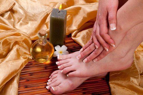 Beneficii ale uleiului de ricin precum tratarea bătăturilor