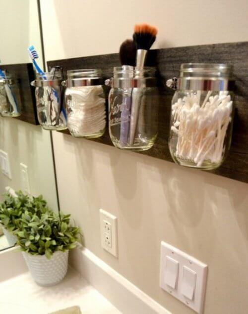 Poți să ții în borcane obiectele mici din baie