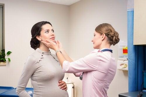 Cancerul tiroidian la femei examinat de medic