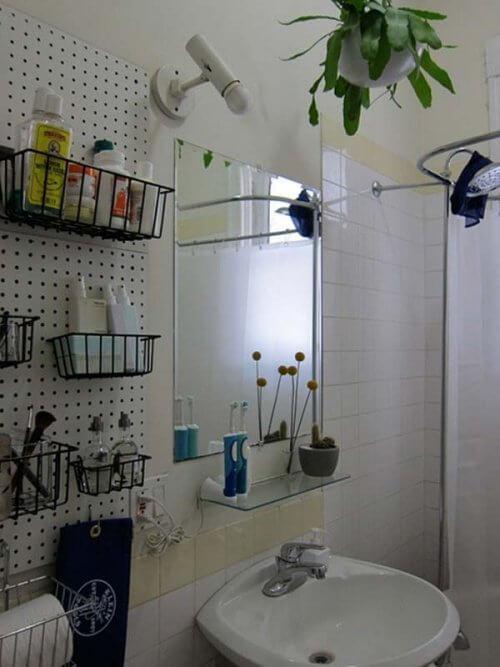 Fixează coșuri pe pereții din baie