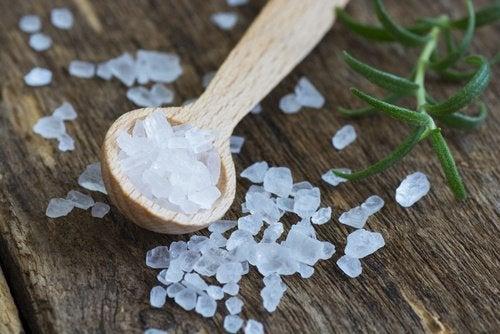 Cum să scoți petele de transpirație cu sare