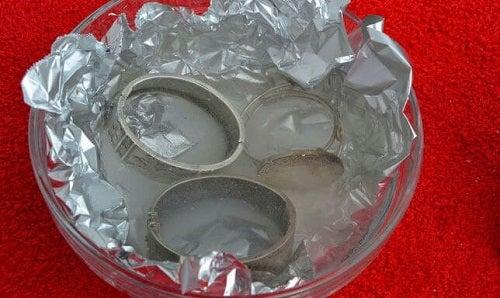 Curățarea obiectelor din argint cu folie de aluminiu