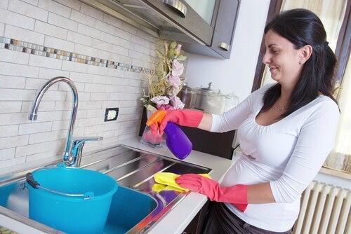 7 trucuri pentru curățarea suprafețelor dificile
