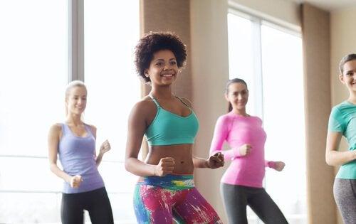 3 stiluri de dans care modelează corpul