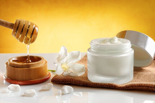 Exfoliant natural pentru întinerirea pielii gâtului