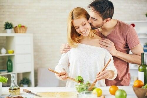 Gătitul împreună poate îmbunătăți relația de cuplu