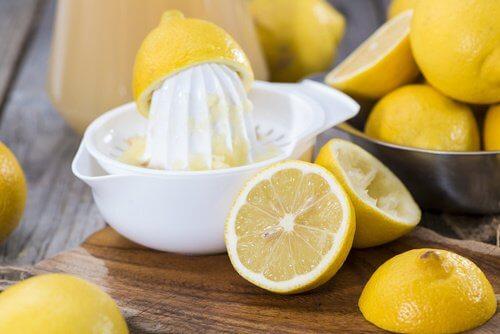 Masca facială cu gelatină și lămâie trebuie aplicată seara