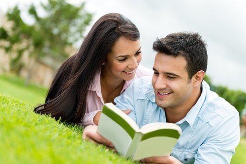 Lectura comună a unei cărți poate întări relația de cuplu
