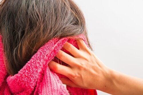 O mască pe bază de drojdie de bere combate căderea părului